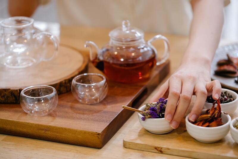 Готовит чай со специями