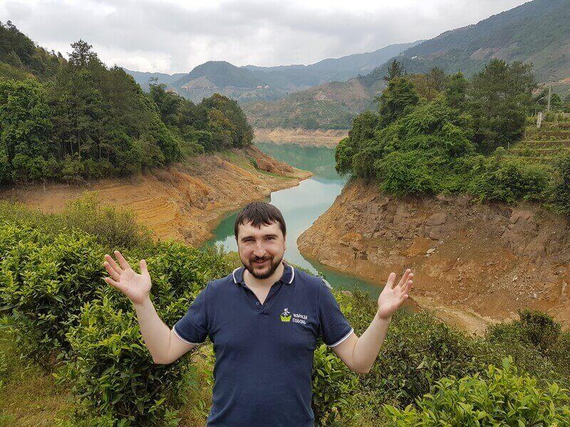Чайные плантации на берегу реки в Китае