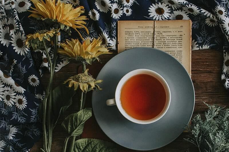 Желтый цветы чашка чая книга