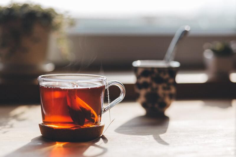 Заваренный черный чай на столе