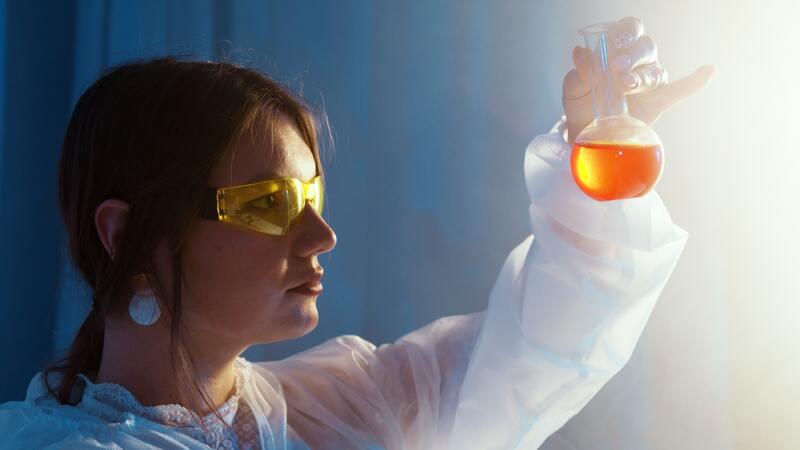 Женщина лаборантка с пробиркой