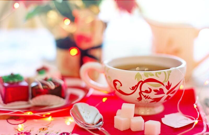 Красочный стол с чашкой чая и сахаром