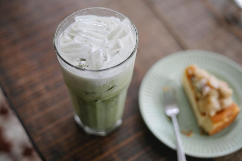 Зеленый чай с молоком со льдом
