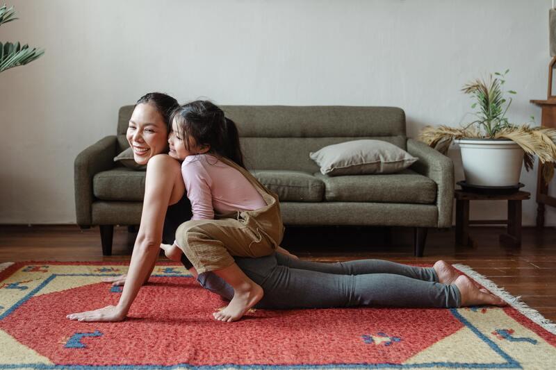 Женщина с ребенком занимаются гимнастикой