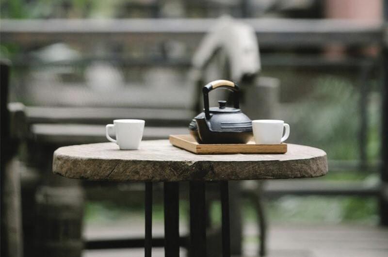 Стол с чайной посудой