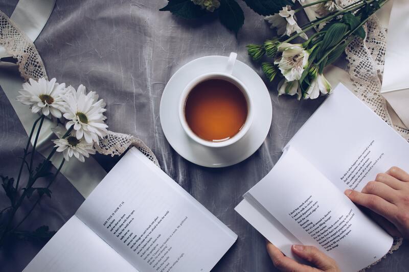 Книги чашка чая ромашки
