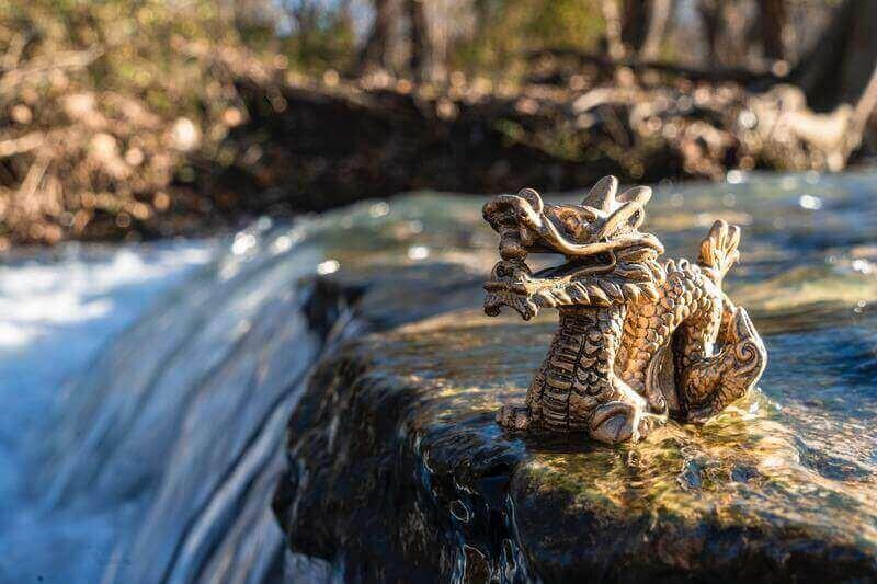 Статуэтка дракона на реке