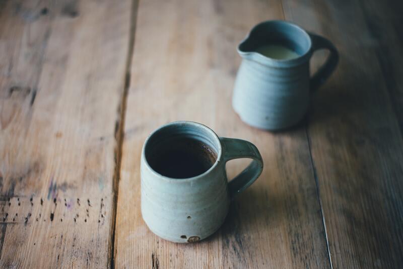 Кружка чая и молоко