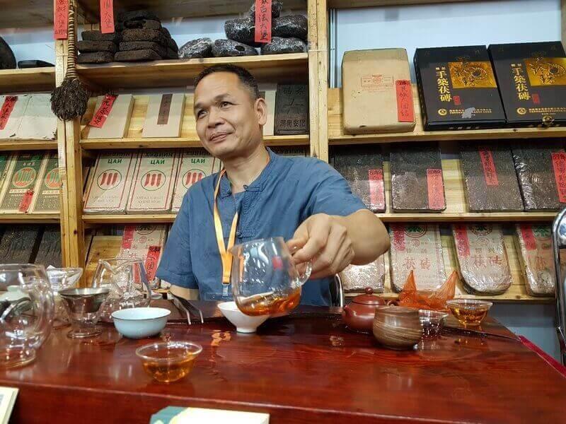 Китайский чайный мастер заваривает чай
