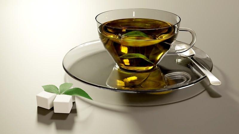 Прозрачная чашка чая ложка сахар