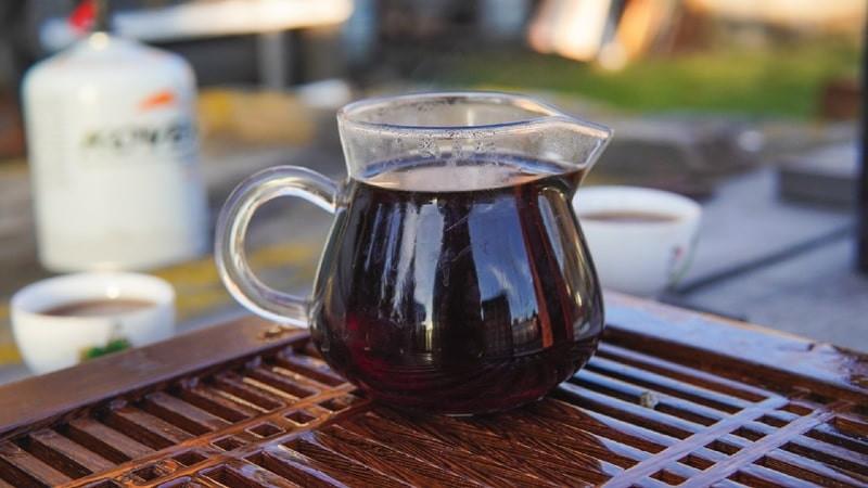 Графин с черным чаем