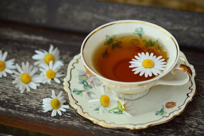 Ромашковый чай в белой чашке