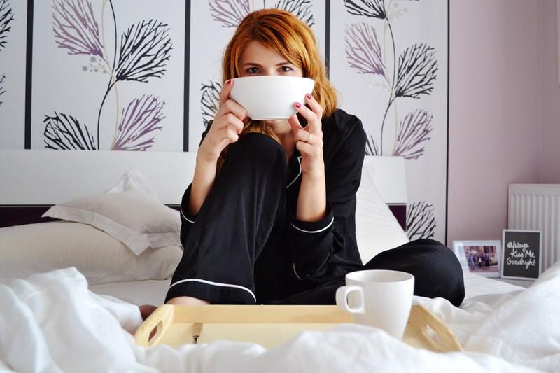 Девушка кружка чашка завтрак