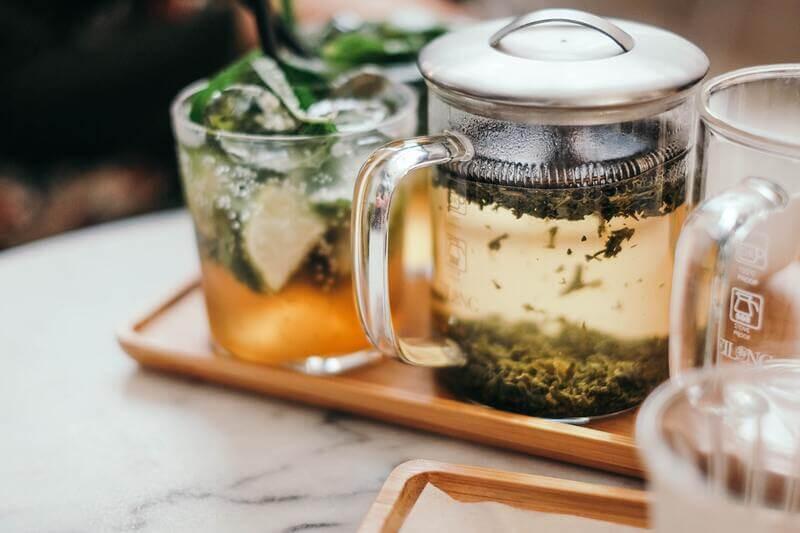 Стеклянный графин с зеленым чаем