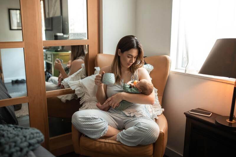 Женщина ребенок на кресле