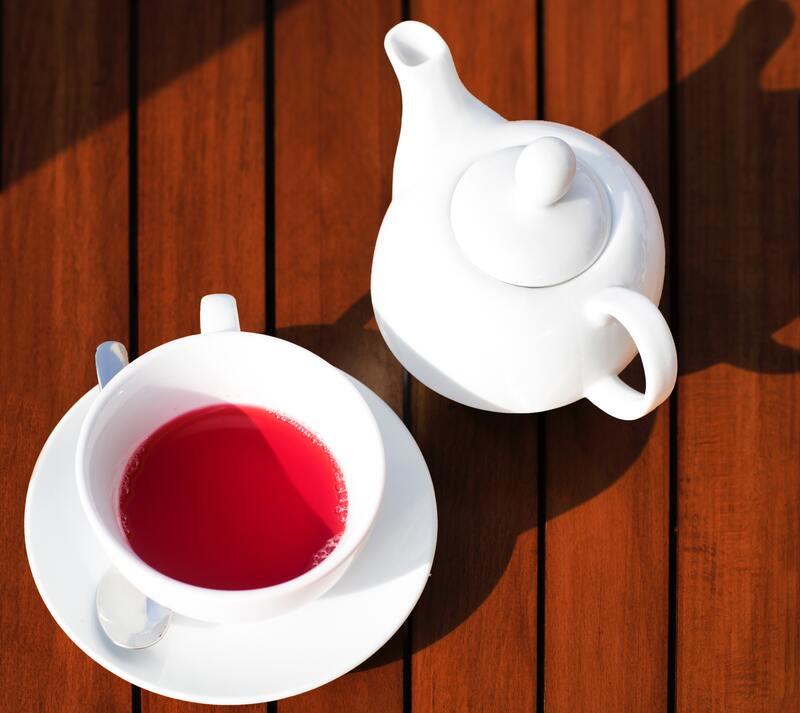 Чашка с красным чаем чайник