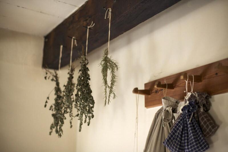 Сушенная трава вешалка с вещами