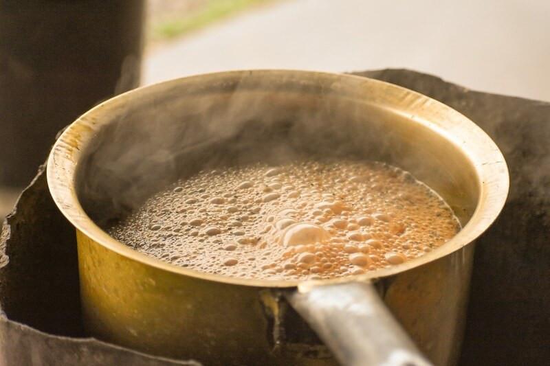 Заваривание чая с молоком в железном ковше