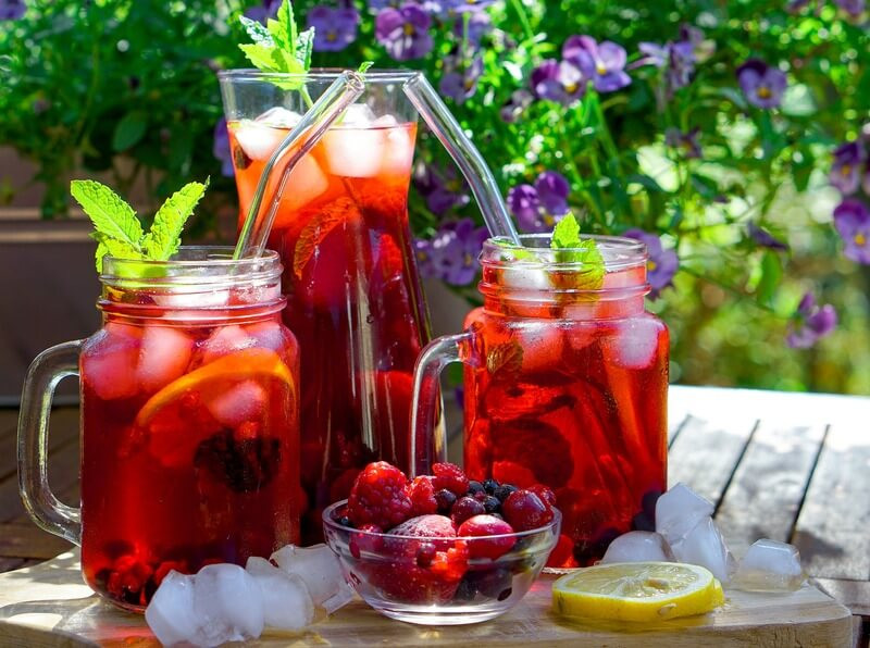 Посуда с холодным чаем с ягодами