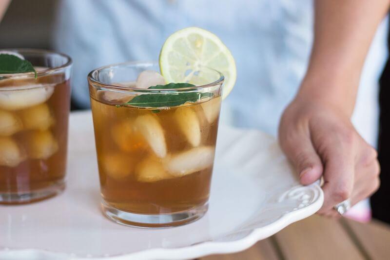 Стаканы с холодным чаем с фруктами