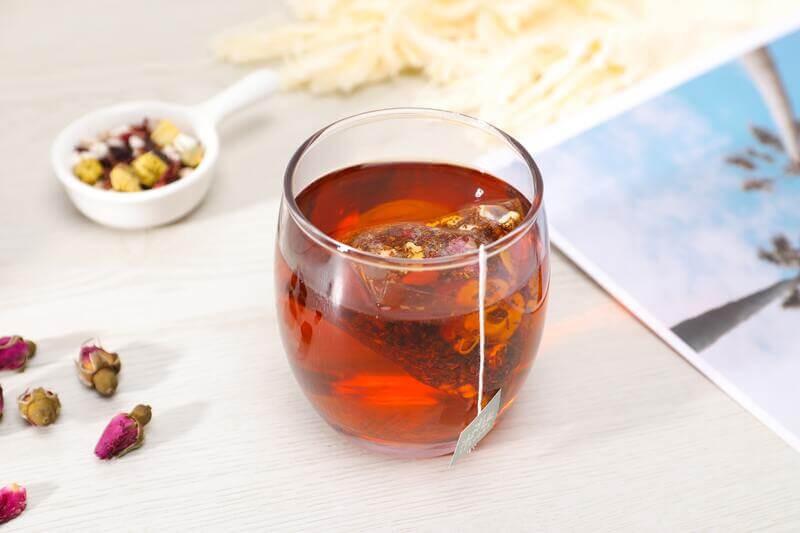 Стакан чай бутоны цветов фотография