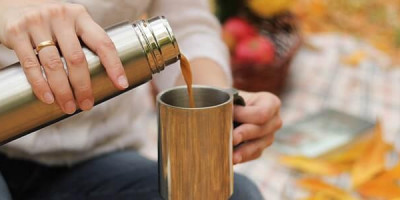 Кружка термос наливает чай