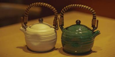 Два чайника на столе