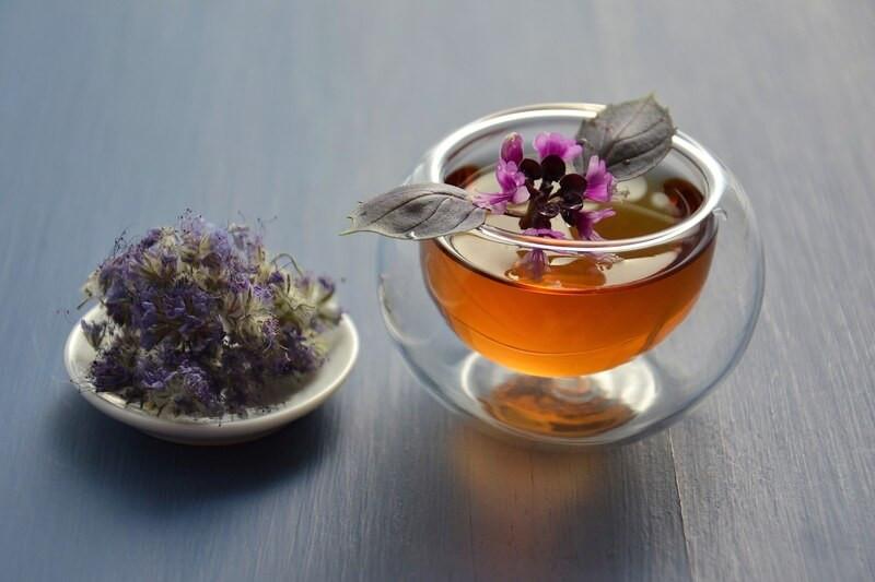 Травяной чай в прозрачном бокале