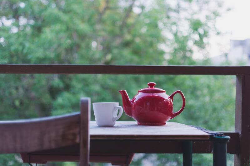 Стол красный чайник белая кружка