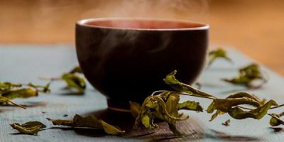 Кружка чая на столе сухие листья
