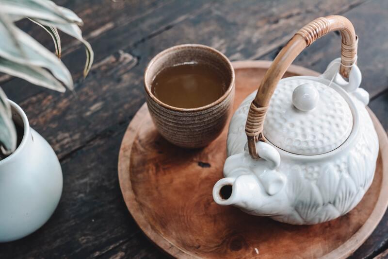 Белый чайник чашка поднос