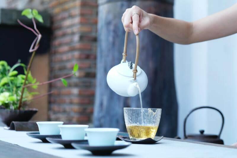 Заваривание чая белый чайник