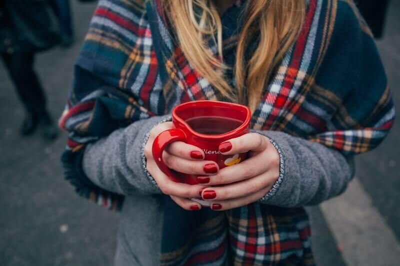 Девушка Красная кружка в форме сердца
