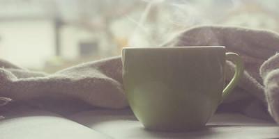 Полотенце книга чашка с горячим чаем