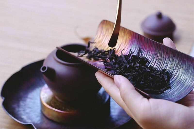 Сыпет заварку в чайник