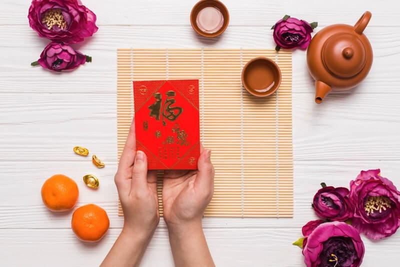 Руки цветы мандарины чайник