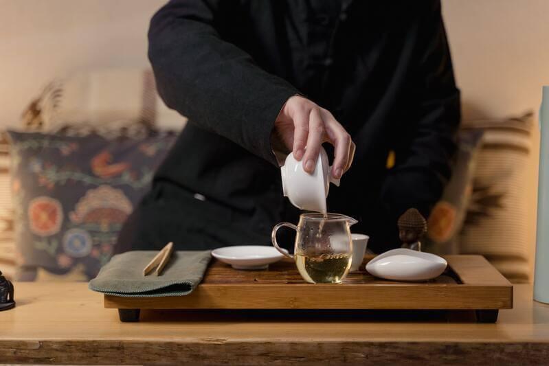Чайный мастер наливает чай