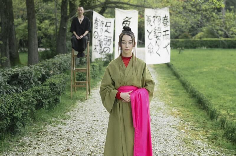 Мужчина женщина кимоно тропинка
