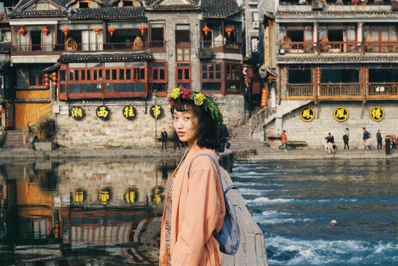 Женщина китаянка река город