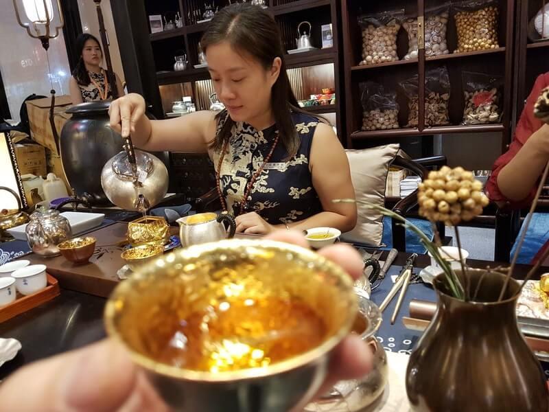 Женщина чайный мастер