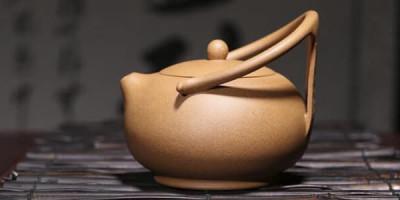 Коричневый керамический чайник