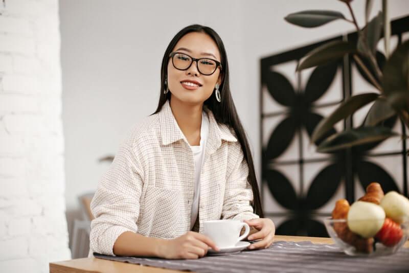 Женщина азиатка белая кружка