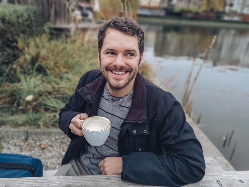 Мужчина кружка улыбка природа