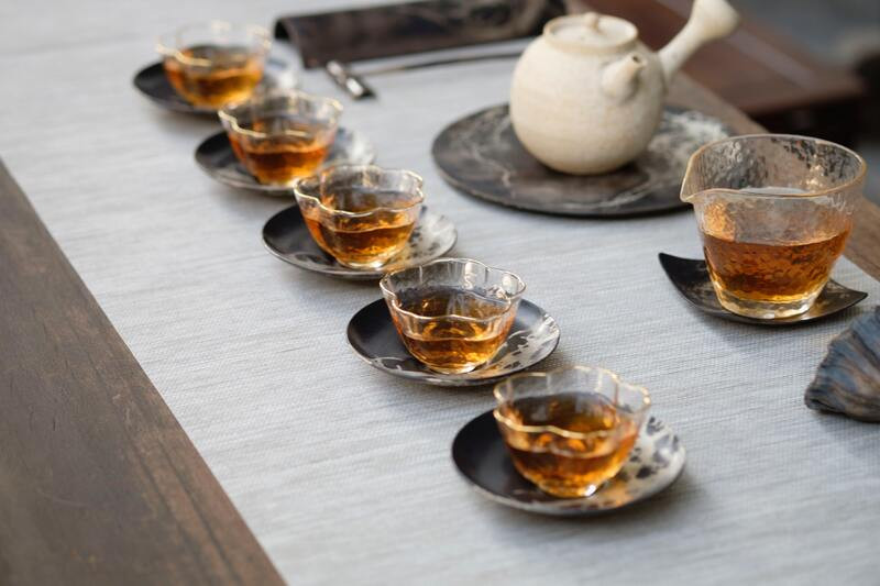Стеклянные пиалы чайник стол
