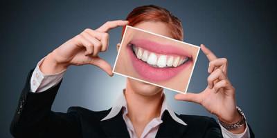 Женщина улыбка зубы