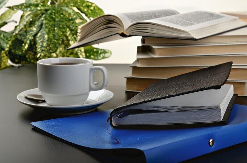 Белая кружка тетрадь папка книги
