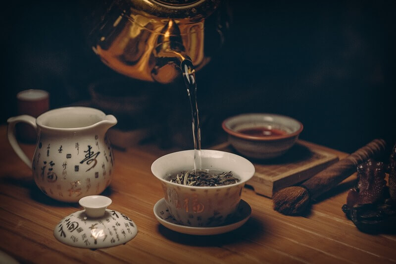 Заваривают чай