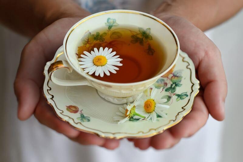 Руки тарелка чашка