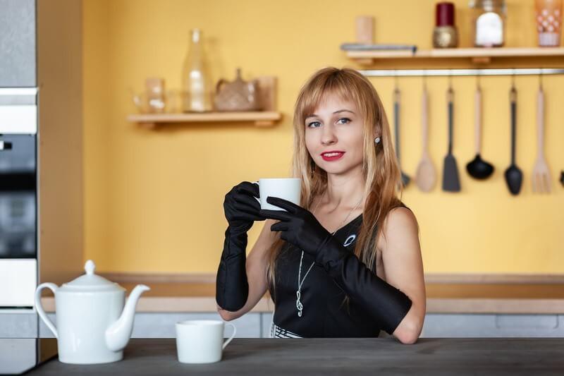 Девушка чайник кружка