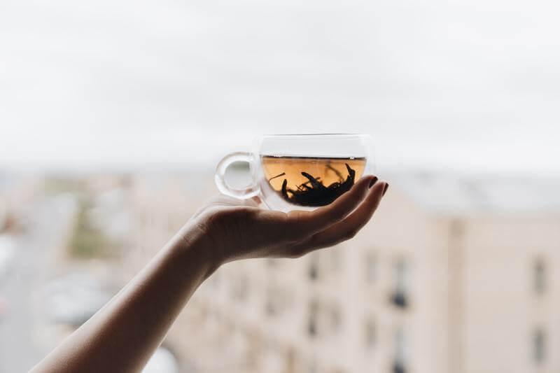 Рука кружка с чаем